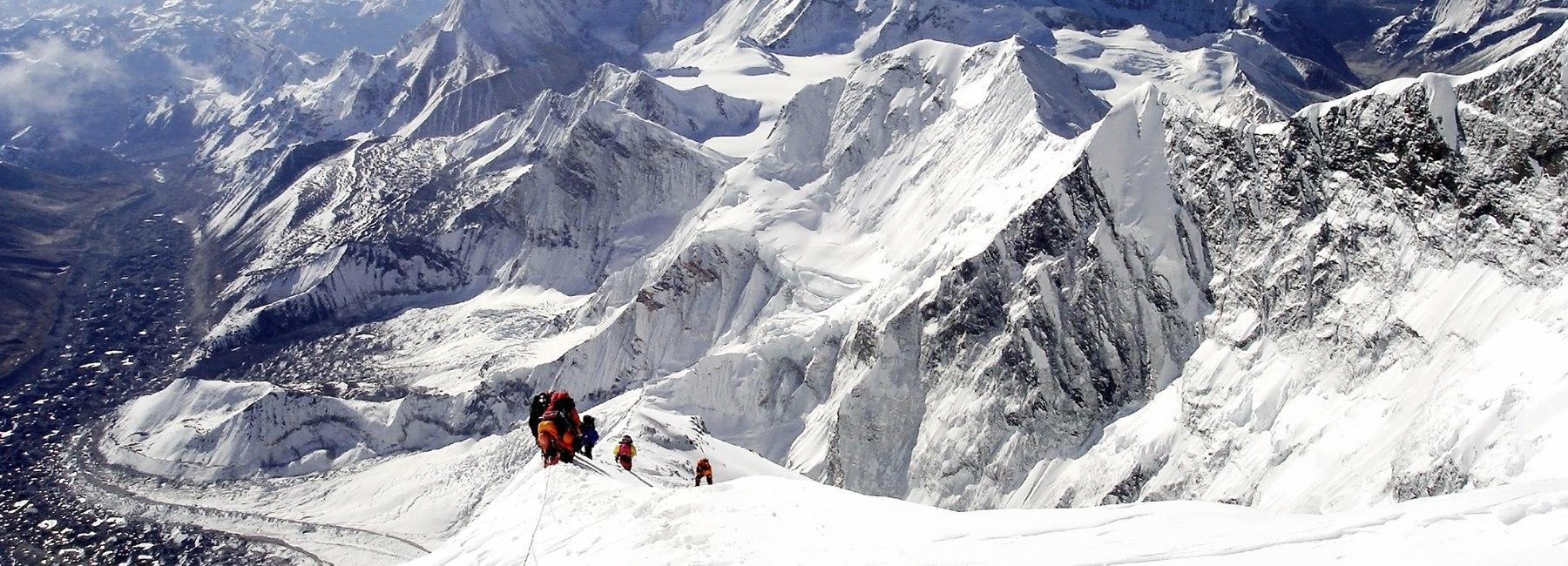 Team-climbing-Mt-Everest